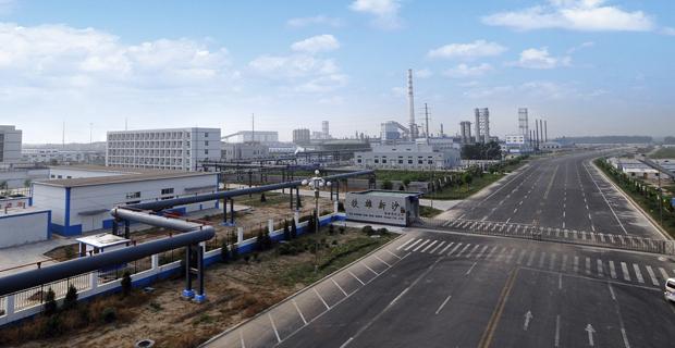 一、公司基本情况 山东铁雄新沙能源有限公司是由山东焦化集团和山东能源集团联合组建的综合性大型煤化工能源企业。公司注册资本11.5亿元,规划建设300万吨/年巨野煤田煤炭综合利用及城市燃气工程和10万吨甲醇项目,主要生产焦炭、煤焦油、粗苯、甲醇等。焦化一期工程于2007年8月份开工建设,2008年11月份建成投产;焦化二期工程于2009年7月份开工,2013年10月15日投产;10万吨甲醇项目已投产运行。