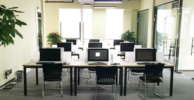 济南世辰信息咨询有限公司工作环境操作大厅2