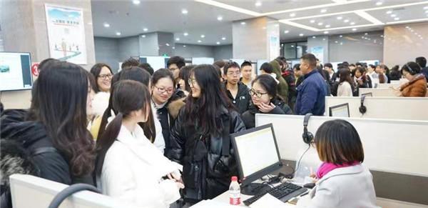 2019年12月31日上午,前来便民服务中心咨询就业的市民挤满了整个大厅。.jpeg