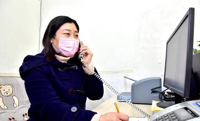 新樂市人社局就業服務中心工作人員正在接聽求職者電話。.jpeg