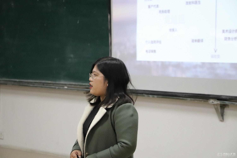 齊魯人才研究院呂主任攜手齊魯人才網财務總監王東玲女士走進黃海學院,開啟大數據引導下的就業之行。